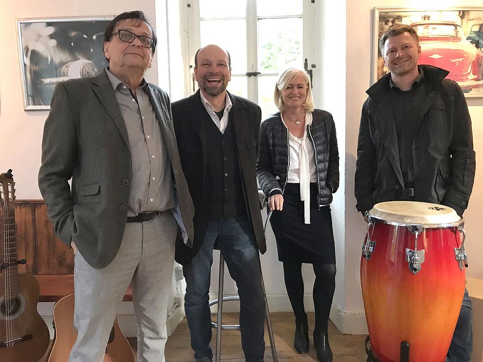 """Vernissage """"Rust Never Sleeps"""" mit (v.l.n.r) dem Fotografen Fredy Haas, Maria Flohrschütz und den Musikern Andreas Rein & Martin Waldbichl des musikalischen Rahmenprogramms."""